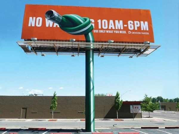 Il divertente cartellone pubblicitario sul consumo di acqua