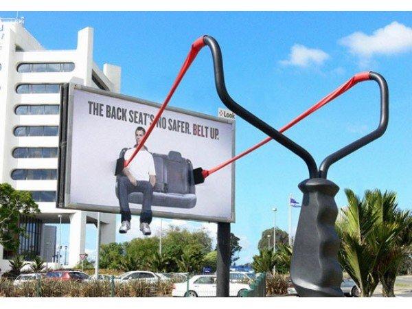 Il divertente cartellone pubblicitario sull'uso delle cinture di sicurezza