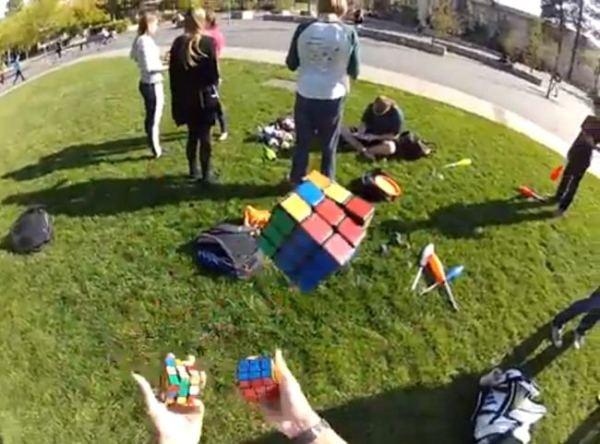 Risolve tre cubi di Rubik in contemporanea al volo
