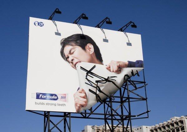 Il divertente cartellone pubblicitario una marca di dentifrici