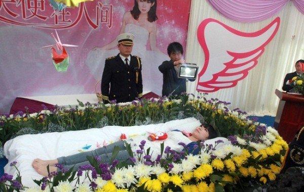 partecipa da viva al proprio funerale