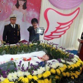 partecipa al proprio funerale da viva