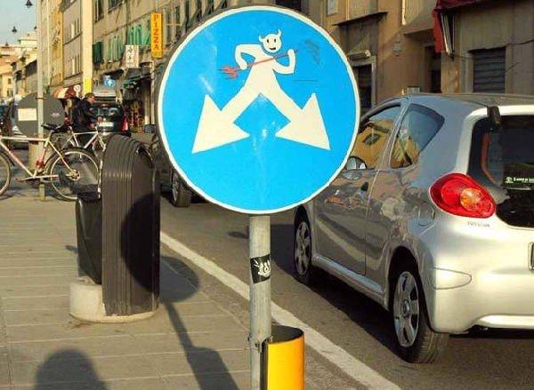 cartello stradale divertente (frecce)