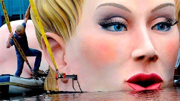 La più grande scultura di donna nell'acqua