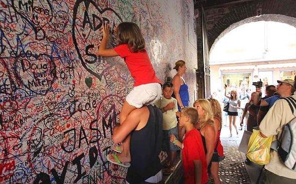 LeaveOn, scrivere messaggi sui muri
