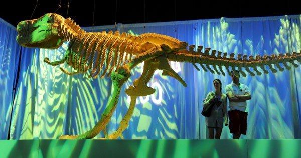 nathan sawaya scultura lego dinosauro