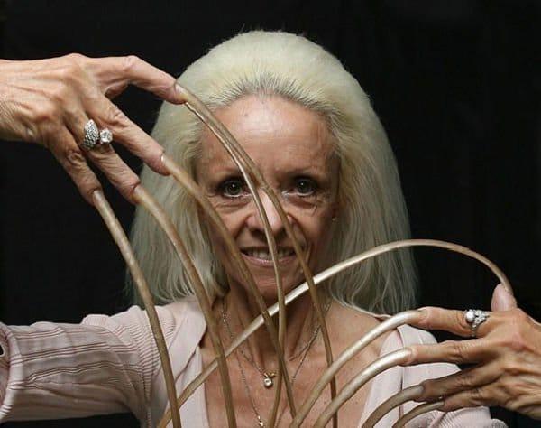 La donna con le unghie più lunghe del mondo [Foto]