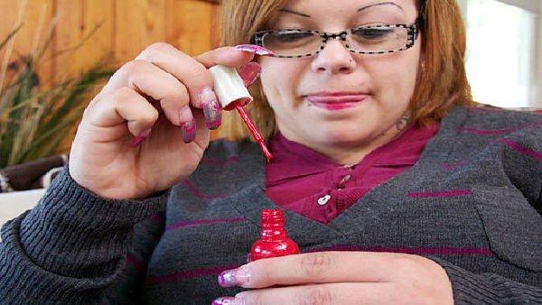 Bertha, donna che beve smalto per unghie